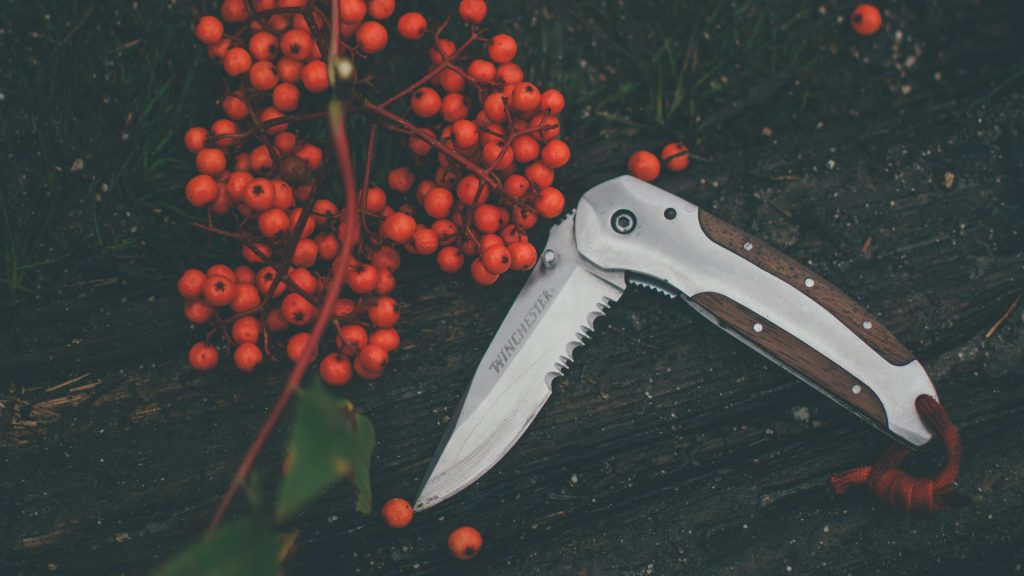 Serrated folding knife